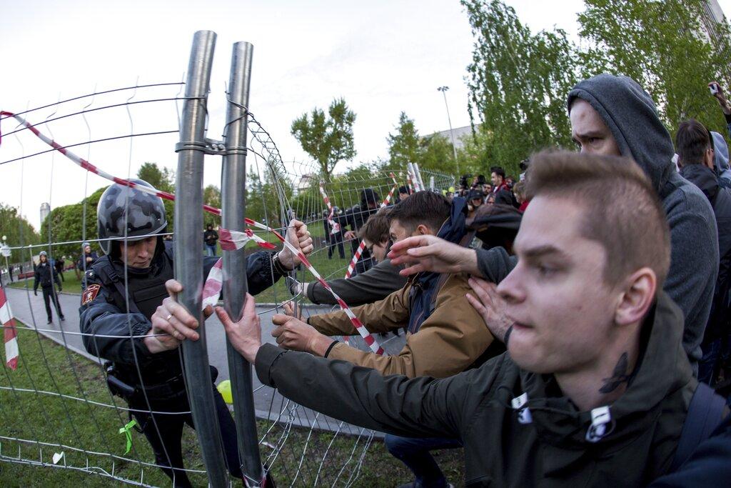 葉卡捷琳堡的市民連續第三天上街示威,抗議當局計畫在市內興建一座天主教堂。 AP圖片