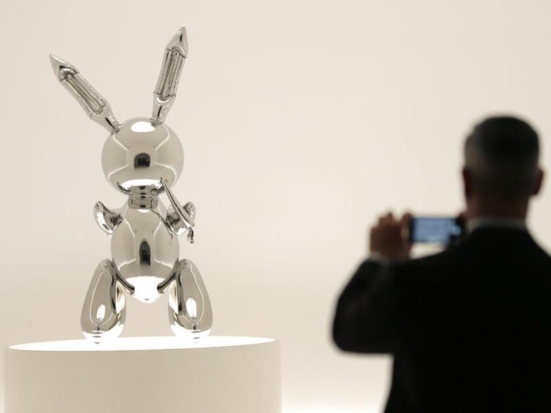 美國藝術家庫恩斯(Jeff Koons)創作的一隻不銹鋼兔兔雕像.以9100萬美元成交。AP圖片