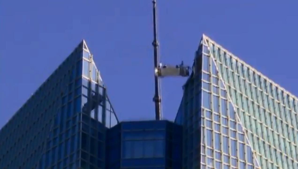 美國兩名洗窗工人進行清潔工作時,起重機突然故障,被吊在50層樓高空上來回擺盪。 網上圖片