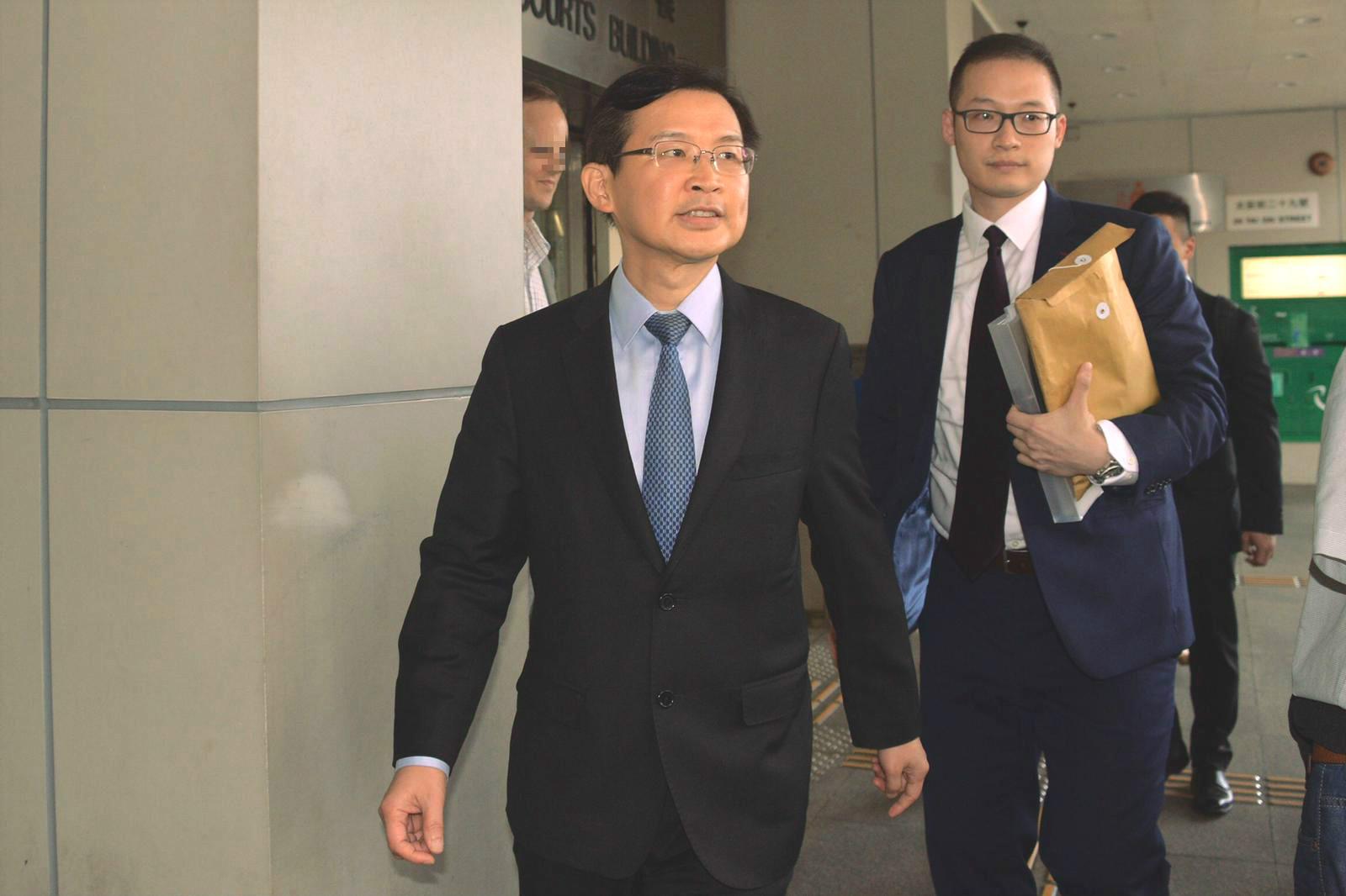 曹貴子(前)離開法院。