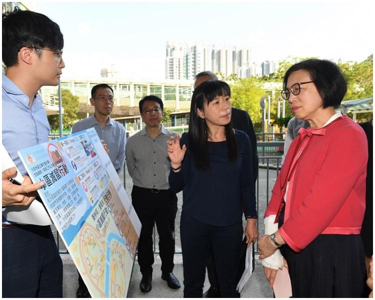 陳肇始到訪沙田美林邨視察地區主導行動計劃下的「小區滅鼠行動」的執行情況。