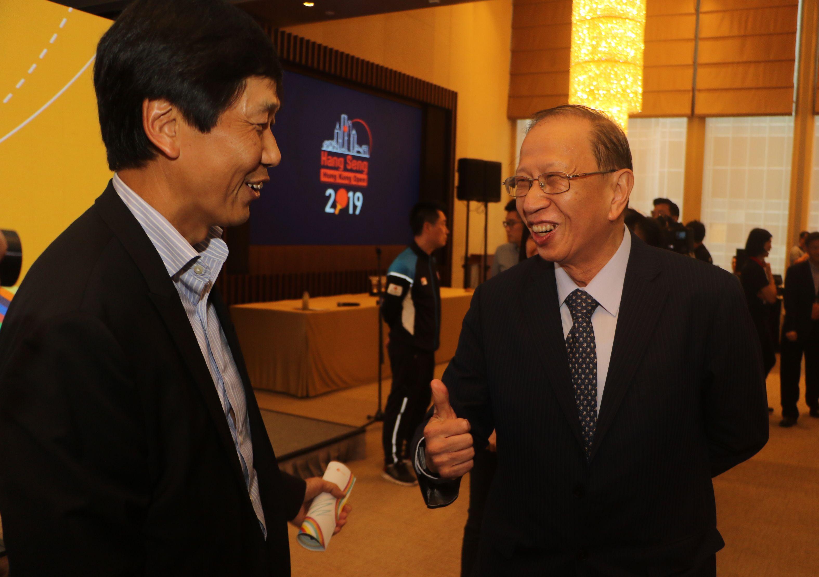 本地足總副主席貝鈞奇(右)周三確認參選下屆主席後,周四再現身詳談大計。王嘉豪攝