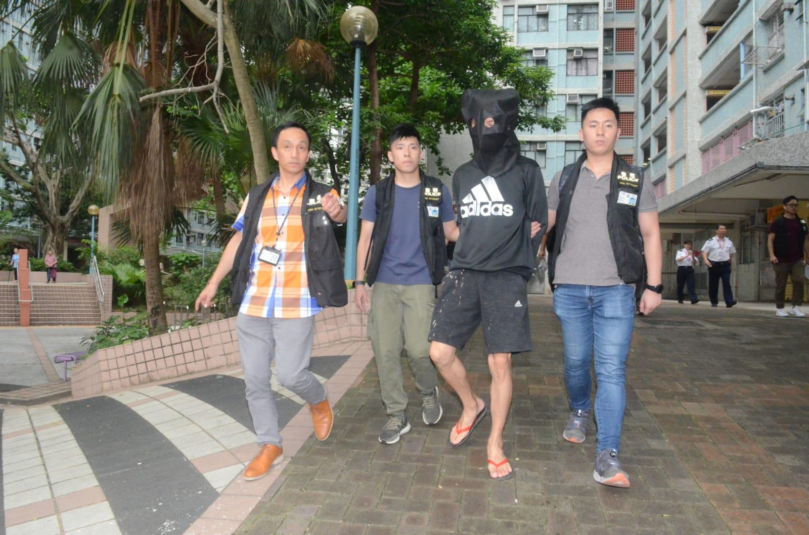 警方在橫頭磡邨拘捕涉案男子。