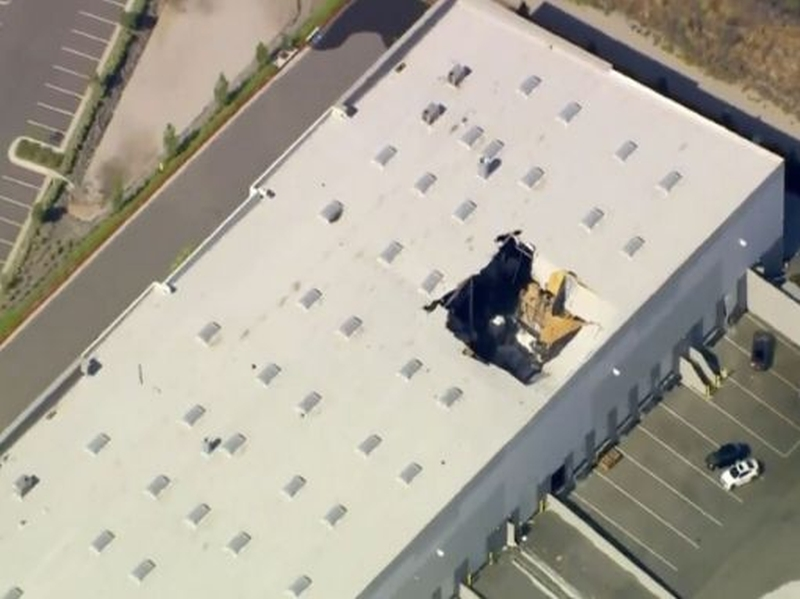 一架F-16戰機在加州馬奇空軍基地附近墜毀,撞入一處倉庫,倉庫屋頂留下一個大洞。(網圖)