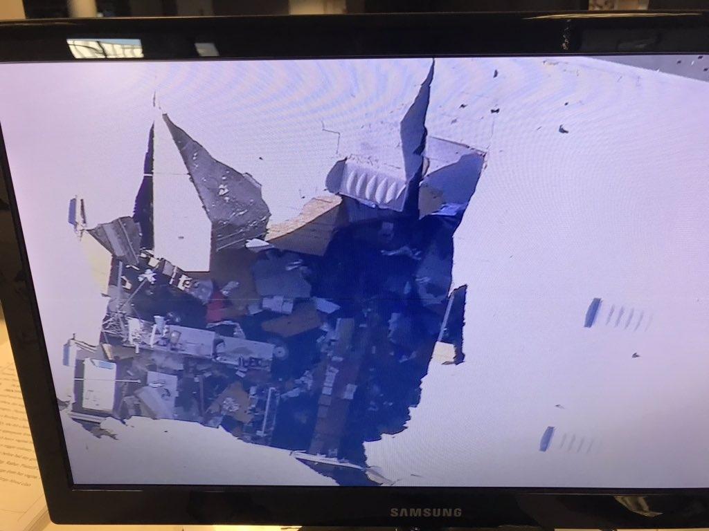 倉庫屋頂留下一個大洞。(網圖)
