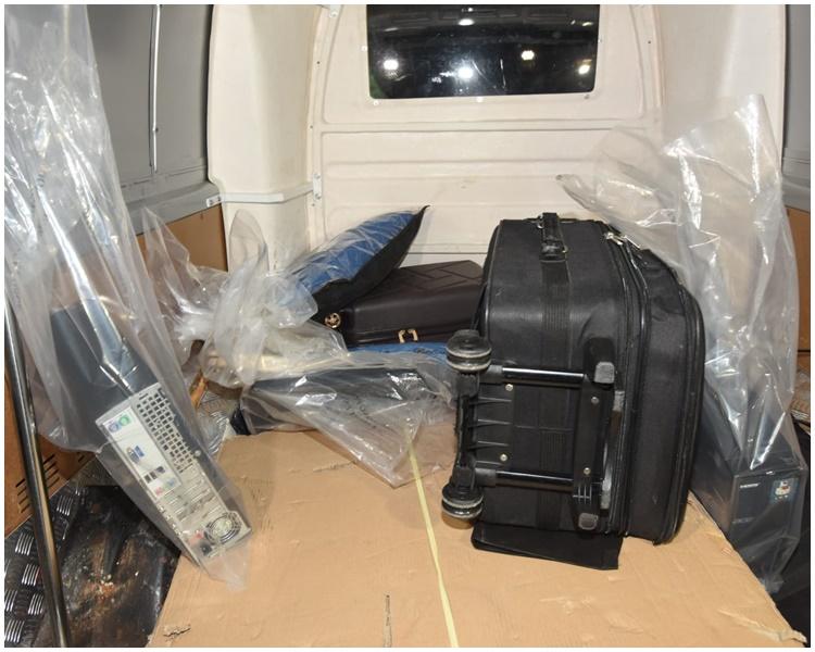 探員檢走電腦、攝錄機、廁板等證物。