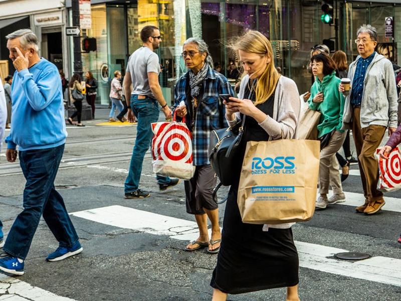 法案將禁止行人過馬路時發送短訊,違者罰款25至250美元(196至1957港元)不等。網圖