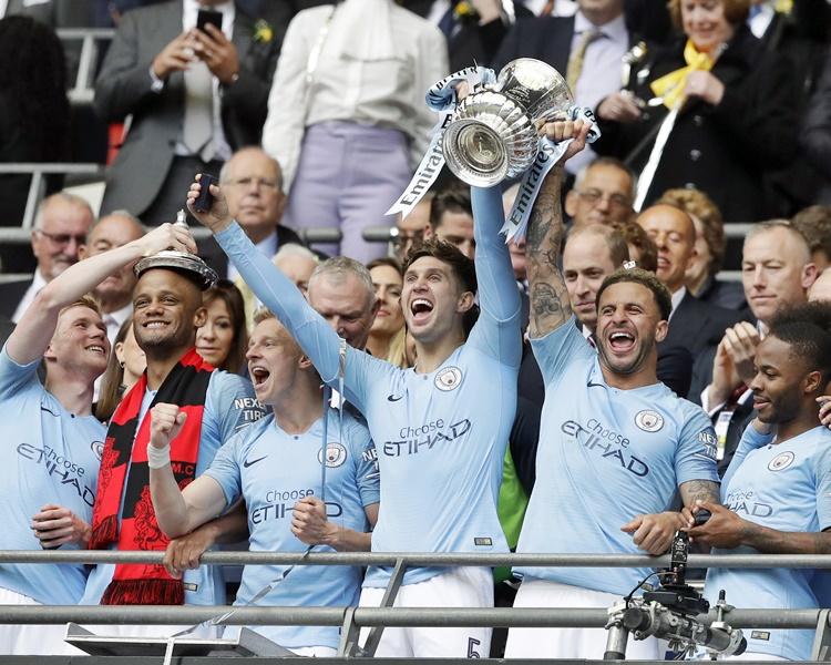 曼城成为英格兰首支本土赛事三冠王。AP