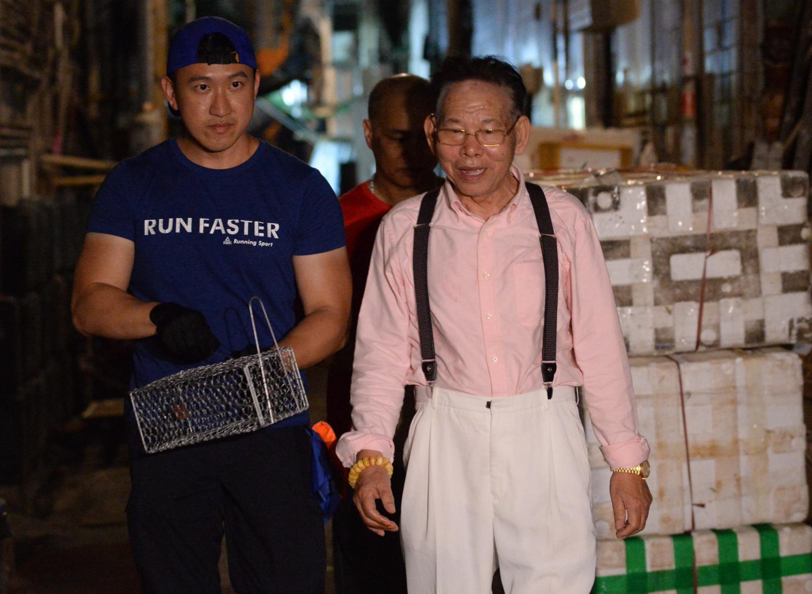 李鏡就一行人到街市擺放捉鼠陷阱。