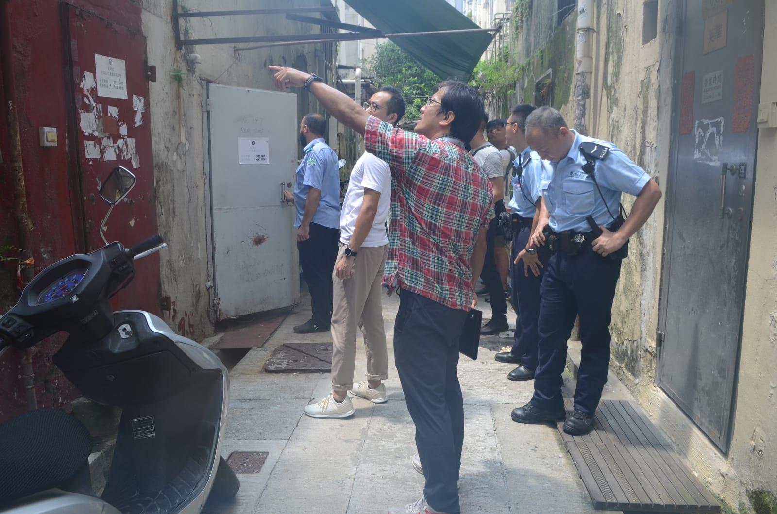 警員到後巷調查。