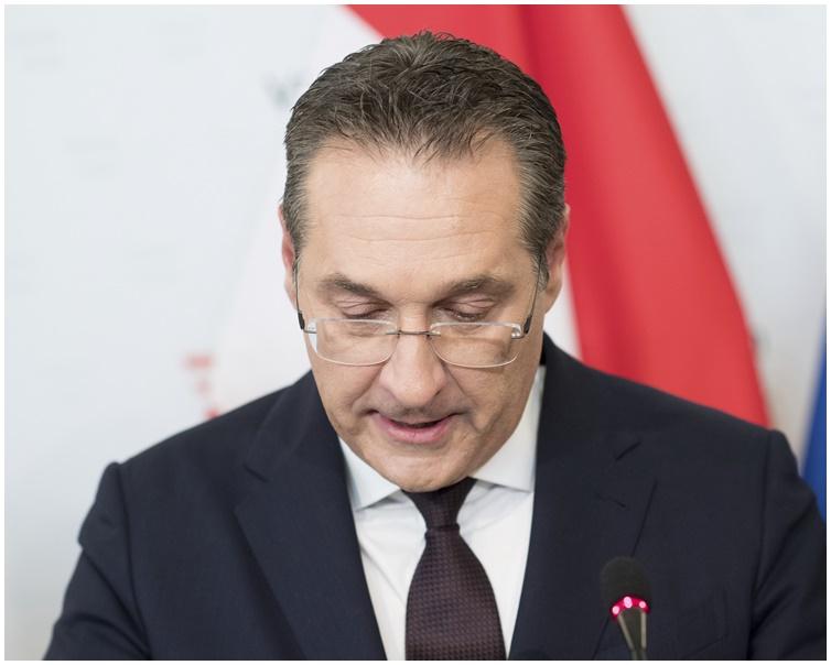 施特拉赫強調自己遭人設局「政治暗殺」。