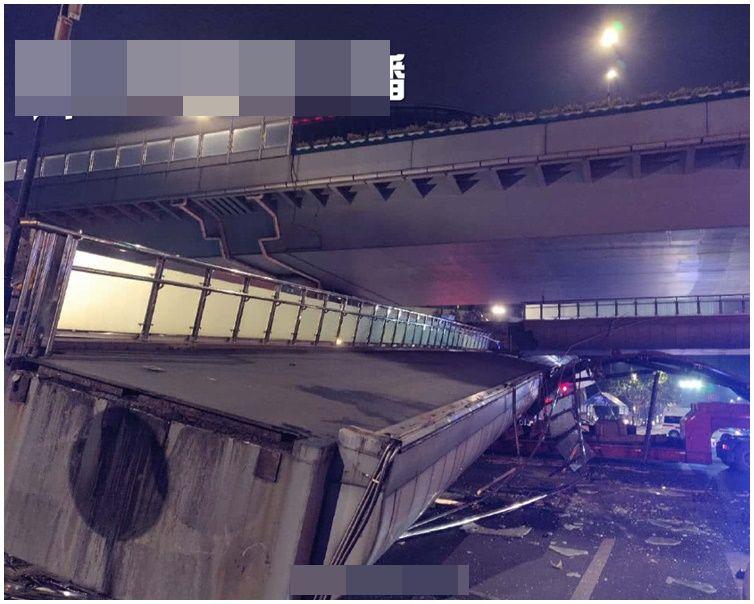 行人天桥被货车撞塌。网图