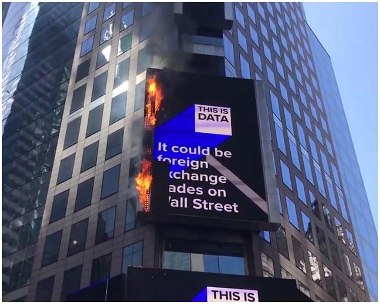 戶外大型電子廣告牌突然起火。AP