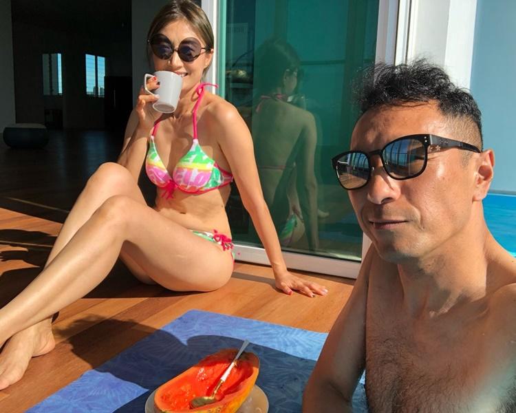 黑仔在大馬置業買大屋,閒來與愛妻享受家中的泳池。
