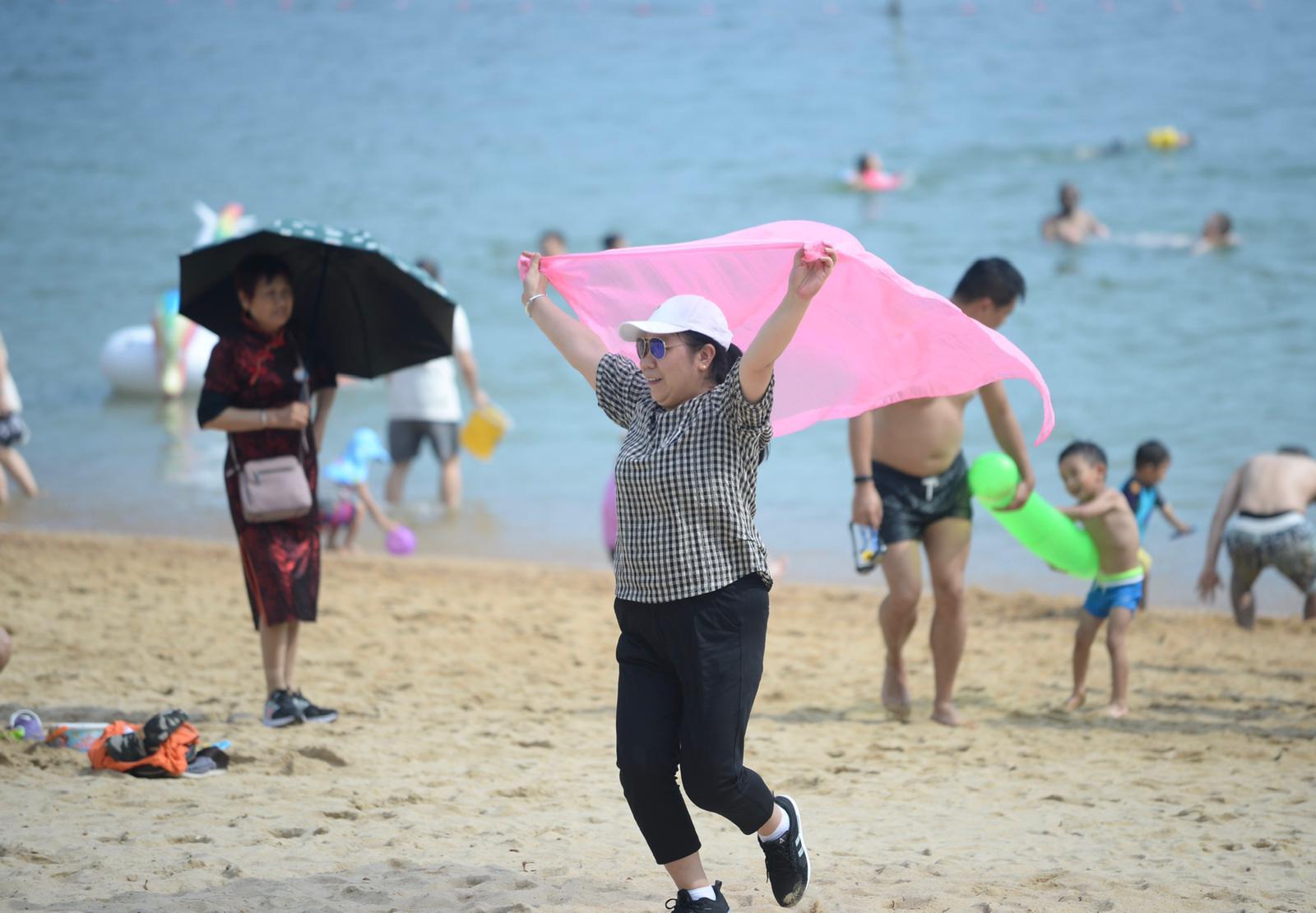 本港天氣酷熱。