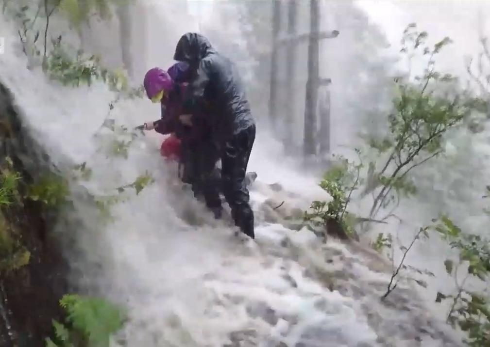 超過300名登山客驚險獲救。網上圖片