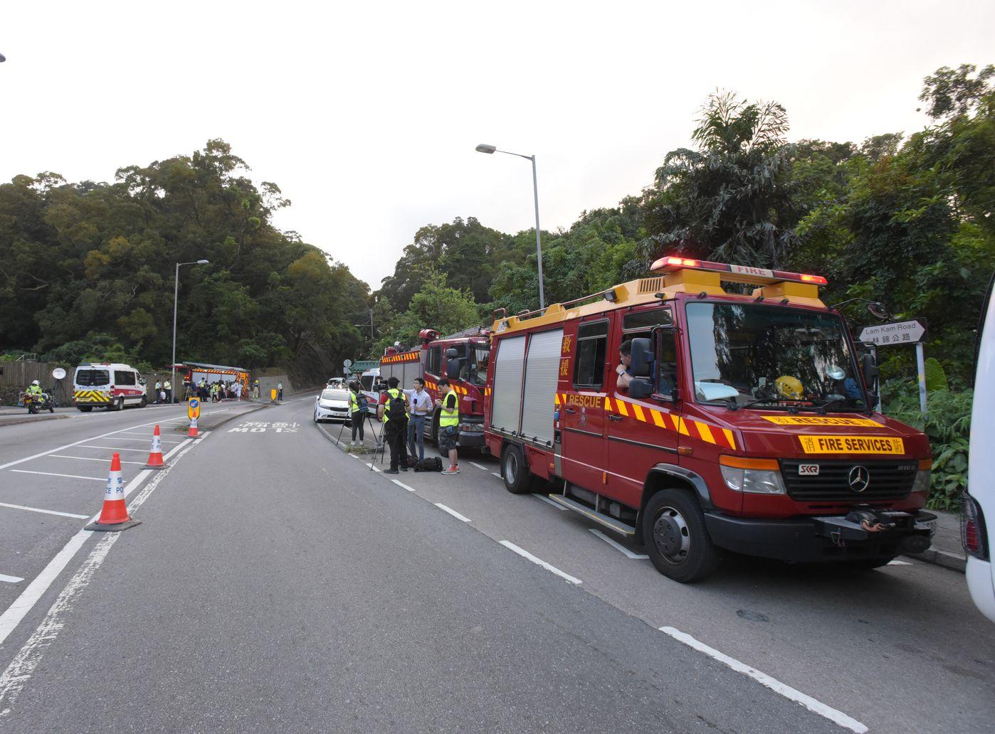警方及消防在現場調查及搜索。