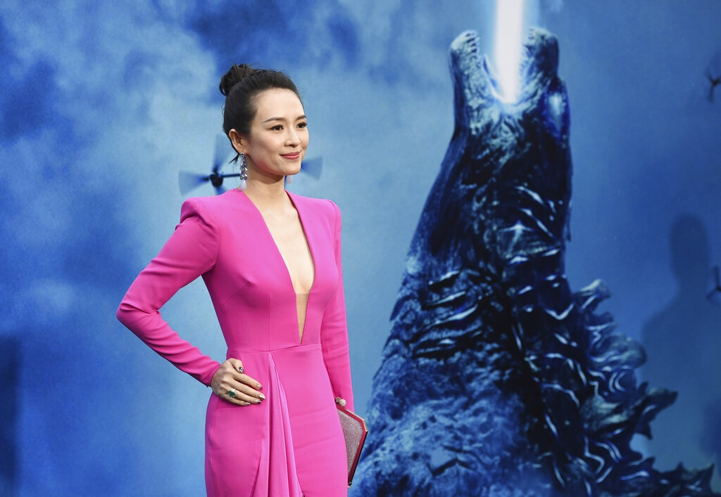 章子怡以桃紅色長裙現身《哥斯拉II》首映。AP圖片
