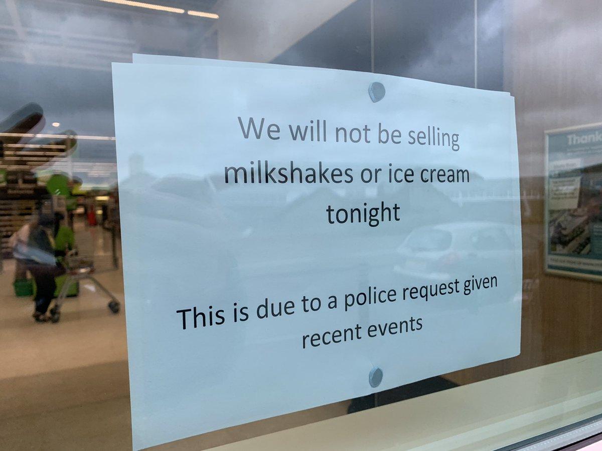 附近麦当劳贴出停售雪糕奶昔的告示。Twitter