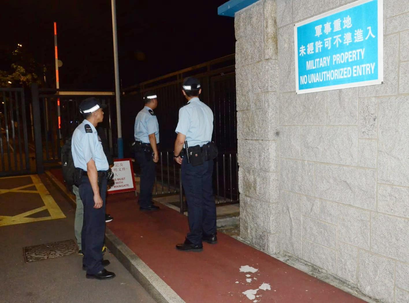警員進入石崗軍營調查。
