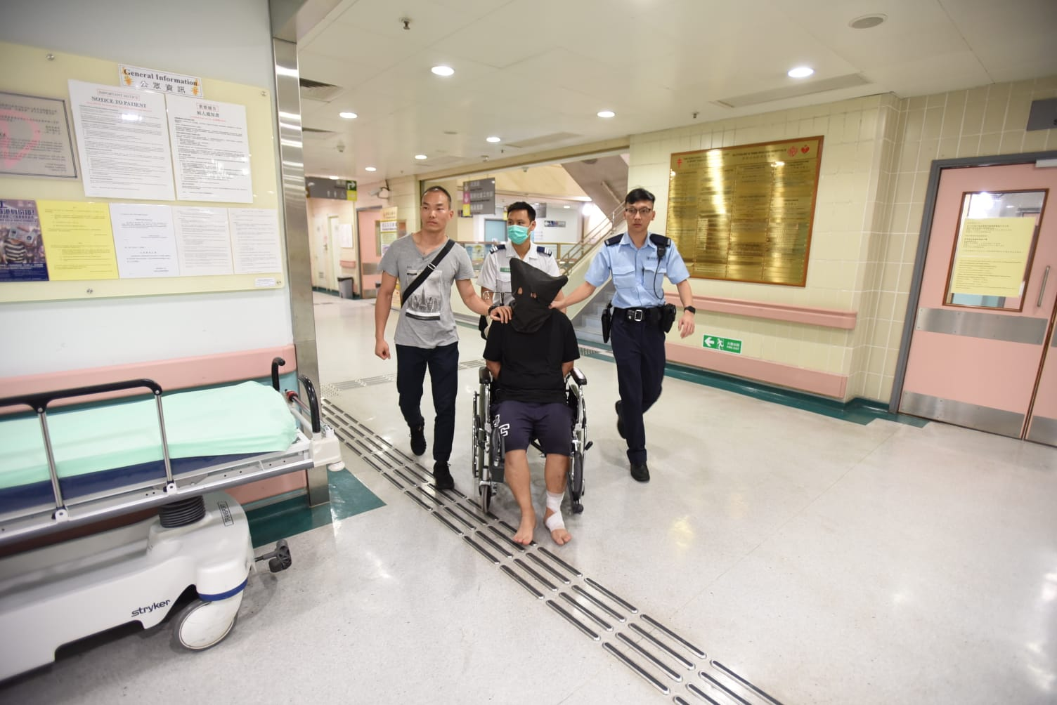 被捕男子腳部受傷。