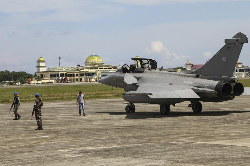 天候惡劣無法回航母,法國七架陣風式戰機在印尼緊急降落。AP