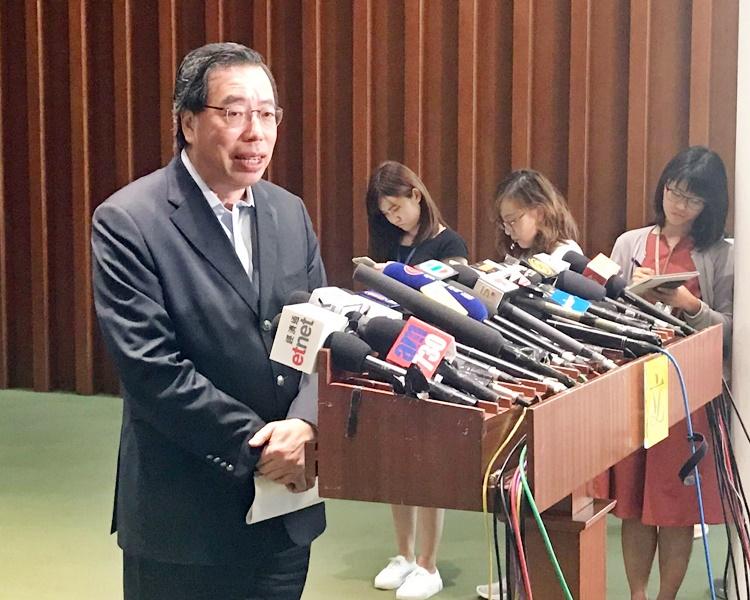 有公眾人士使議員助理證件出入會議廳,梁君彥表明,會向相關議員發警告信。