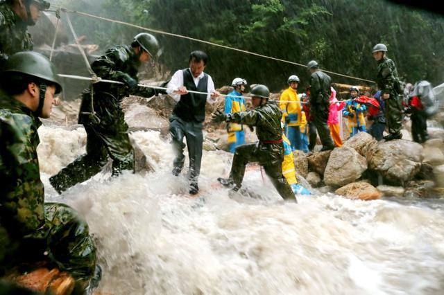 鹿兒島日前有逾300人因暴雨一度被困山上。網圖