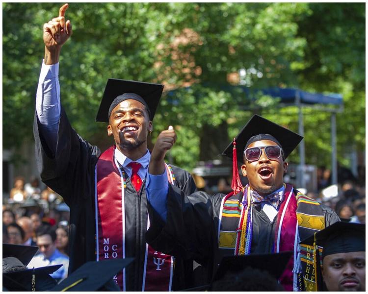 台下毕业闻喜讯后欢呼。