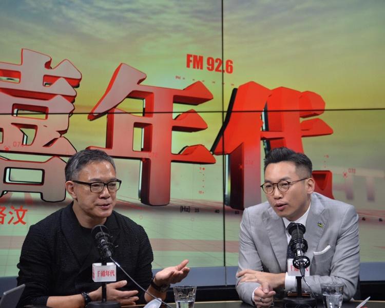 謝偉俊(左)及楊岳橋(右)同出席電台節目。