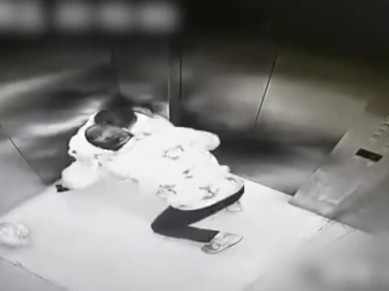 女子电梯内遭男子强抱强吻。