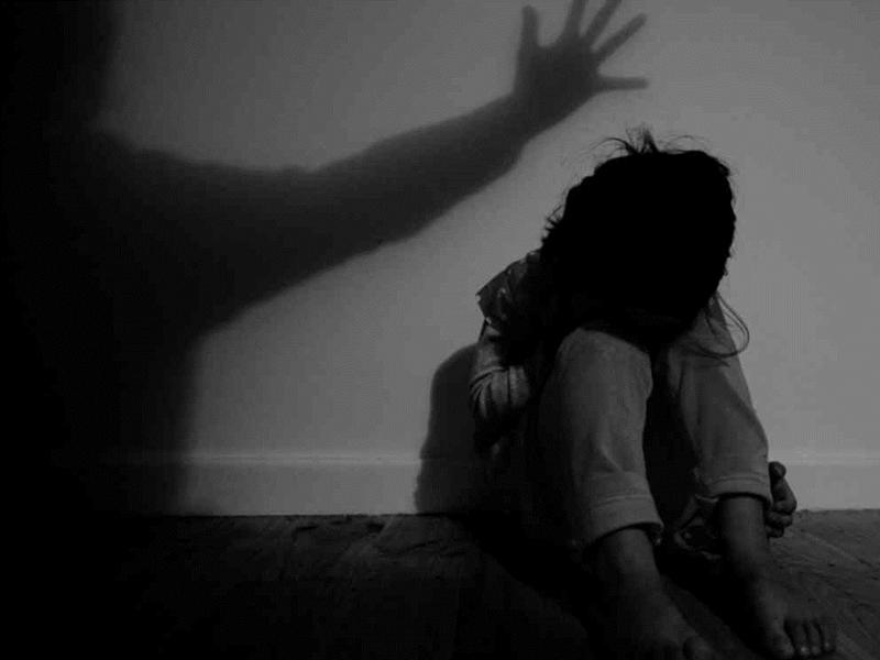 英國一名女子在11歲時遭到性誘拐,期後被販賣到不同城市讓100多人性侵。 示意圖片