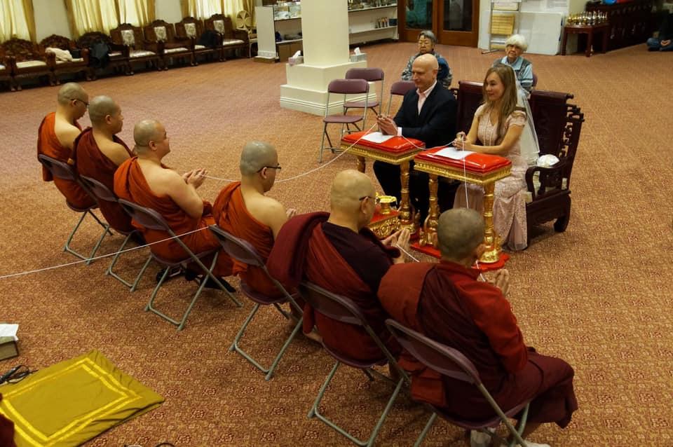 兩人婚禮行佛教儀式。翁靜晶fb圖片