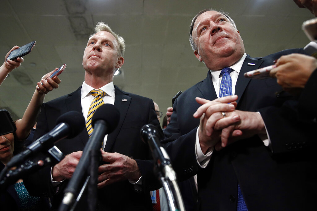 國務卿蓬佩奧(右)、代國防部長沙納漢(左)等,周二出席眾議院閉門會議。AP圖片