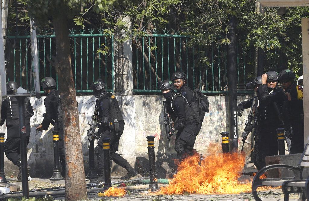 在衝突期間,位於耶加達市中心帕譚布蘭的機動警察宿舍遭縱火。AP圖片