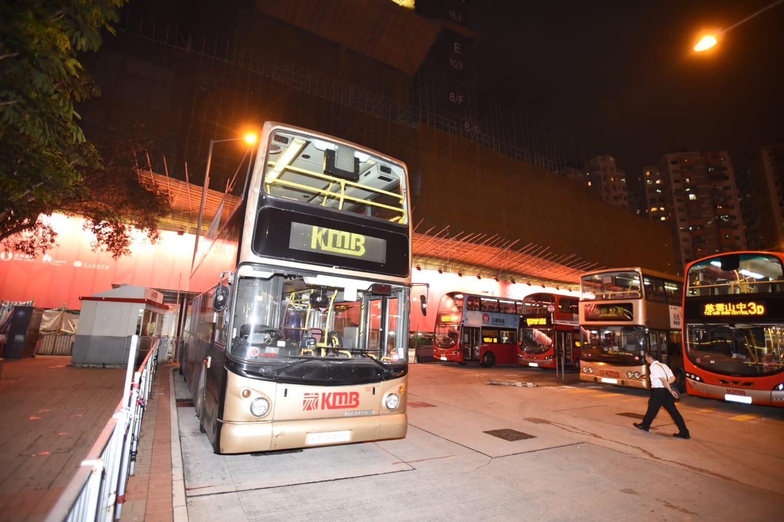 巴士總站男途人捲入車底。