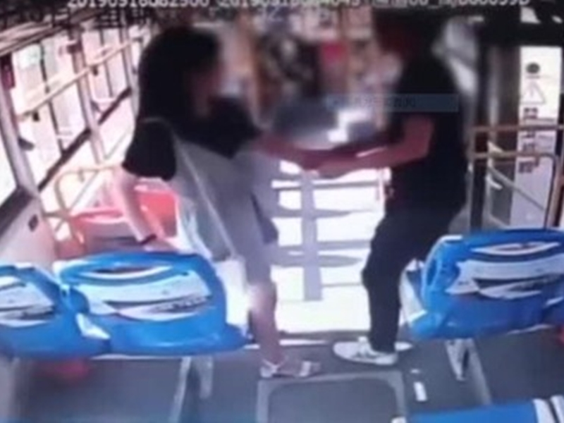 福建一名男巴士上猥褻一名女子,民警其後趕到將其拘捕,並處以10日拘留處分。 影片截圖