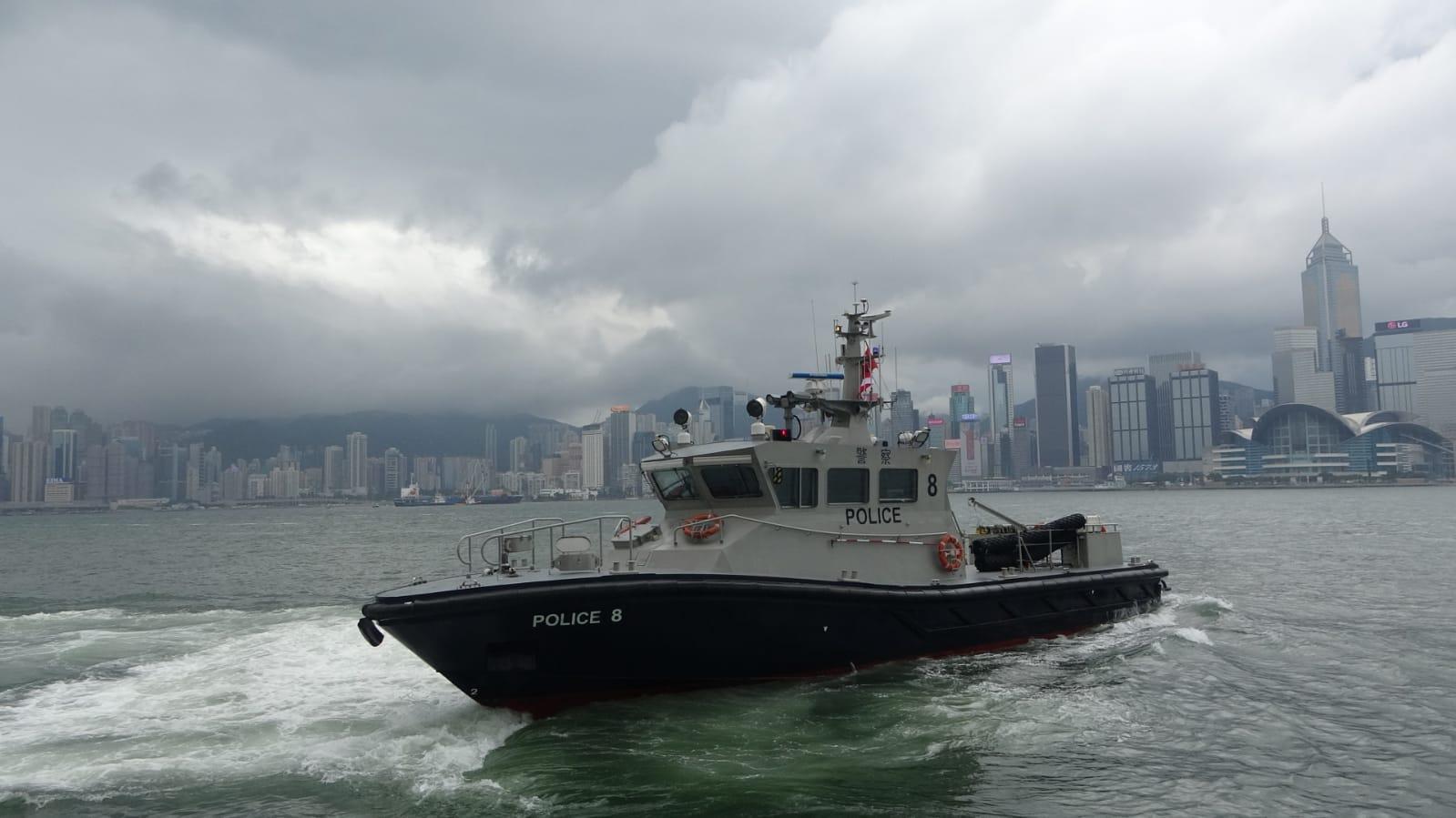 兩名水警救人後離開碼頭。 梁國峰攝