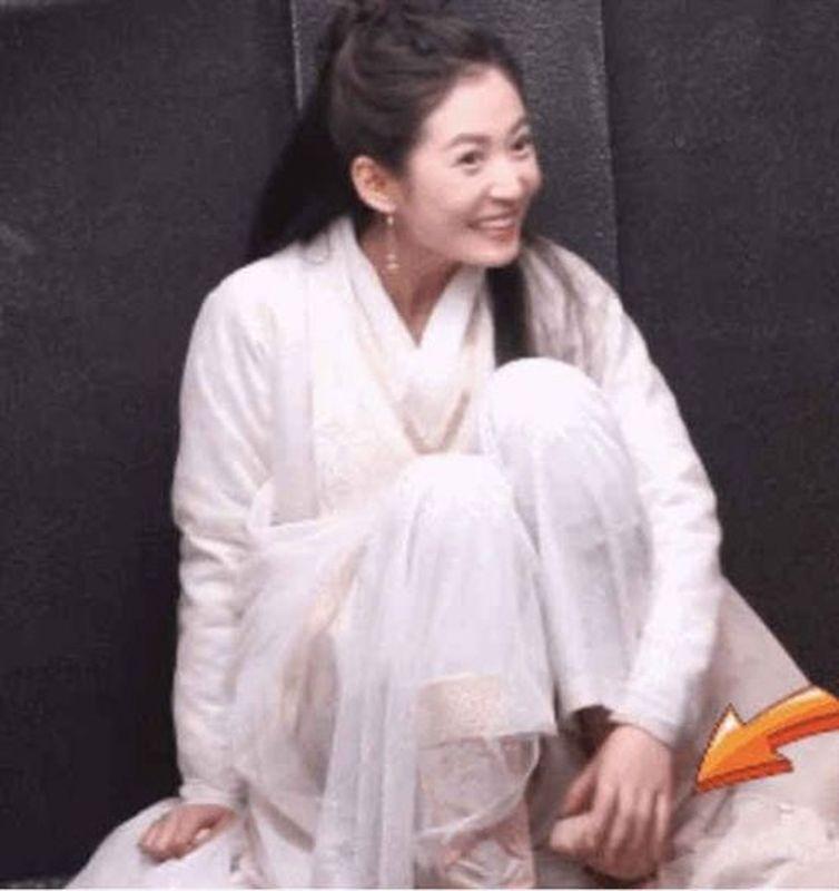 陳鈺琪在拍戲空檔時捽腳趾露出害羞的微笑。網圖
