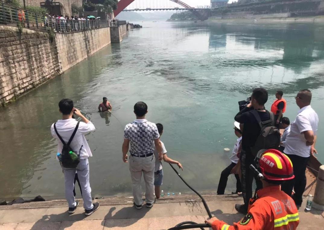 救援人員設法打撈。網上圖片
