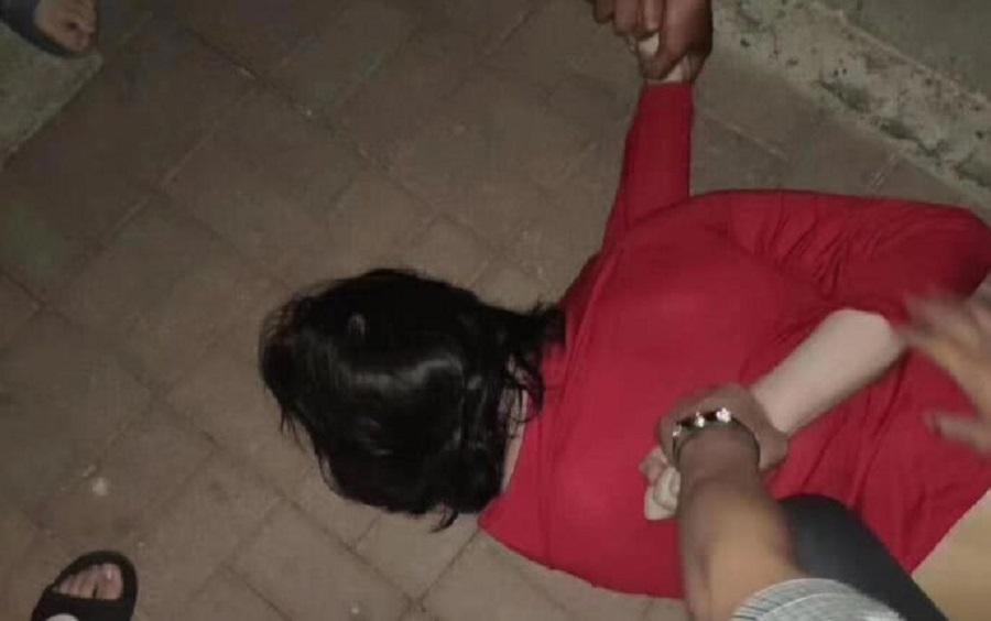 天津男穿裙帶假髮闖女澡堂被擒。網上圖片
