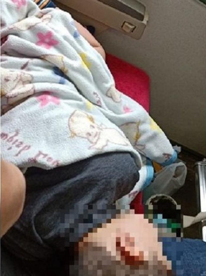 台灣婦人買2個火車座位讓孩子橫臥被老伯斥責。網上圖片