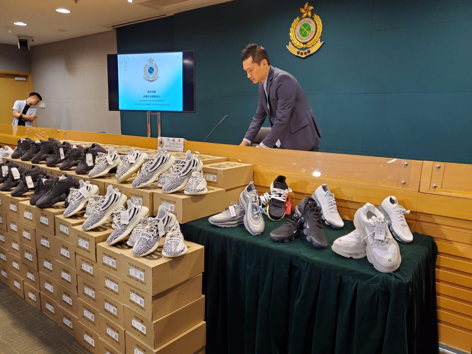 海關共檢獲156對懷疑冒牌波鞋,估計市值約40萬元。