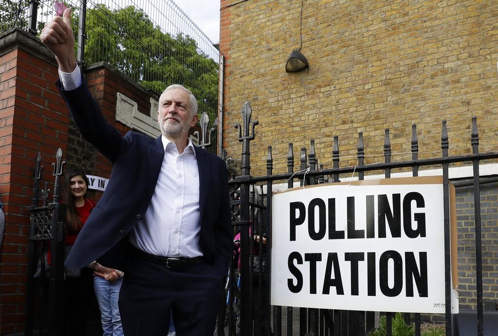 英國在野工黨黨魁郝爾彬早上到倫敦的票站投票。AP圖片