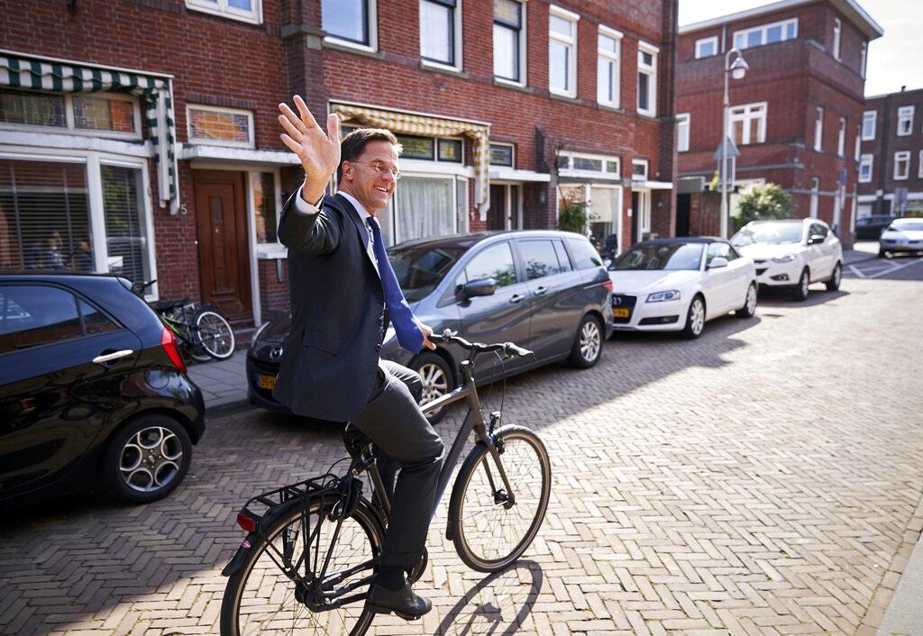 荷蘭首相呂特也踩單車到票站投票。AP圖片