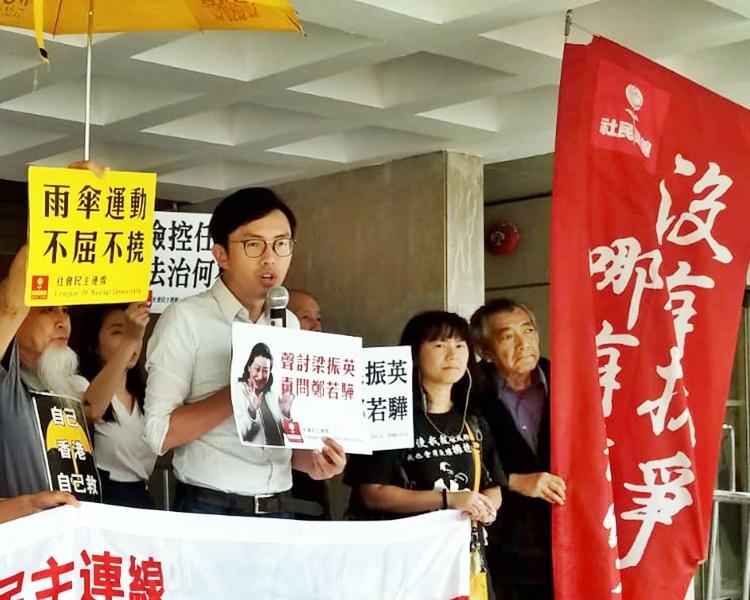 吴文远在庭外高叫口号,批评律政司虚耗公帑在他这宗案件上。黄梓生摄