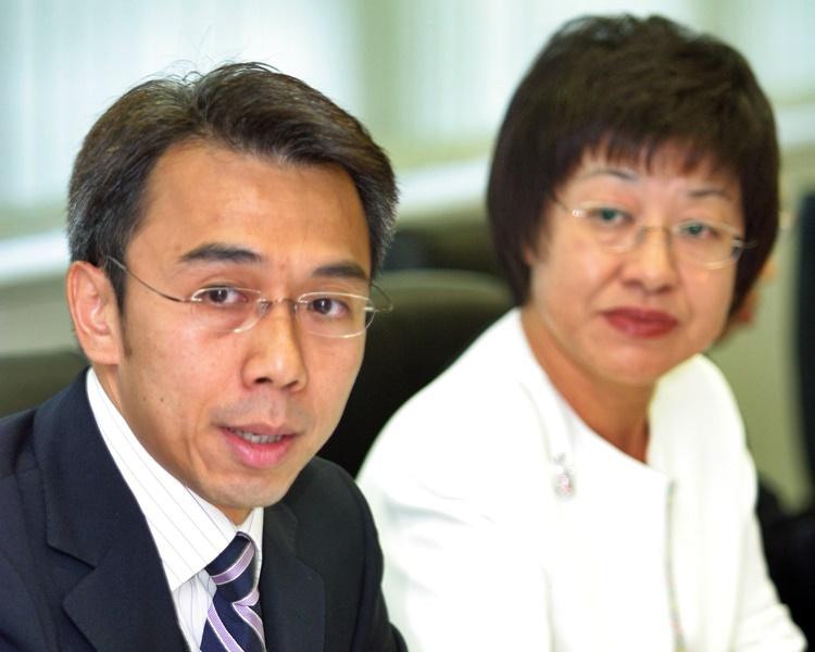 馮永業(左)與上司李淑儀(攝於2004年)。資料圖片