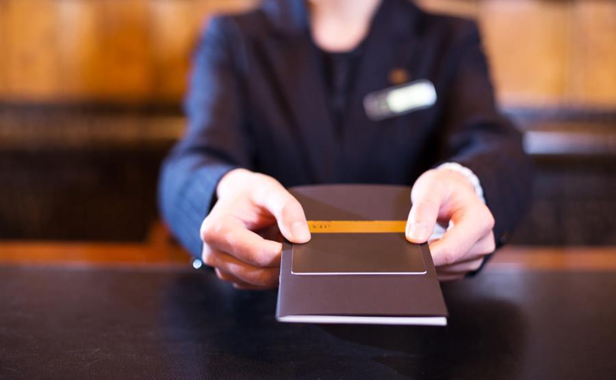 入住酒店的住客一般要在退房时间前离开。