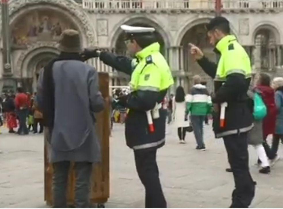 班克西(左)疑用帽子和报纸掩着脸。影片截图