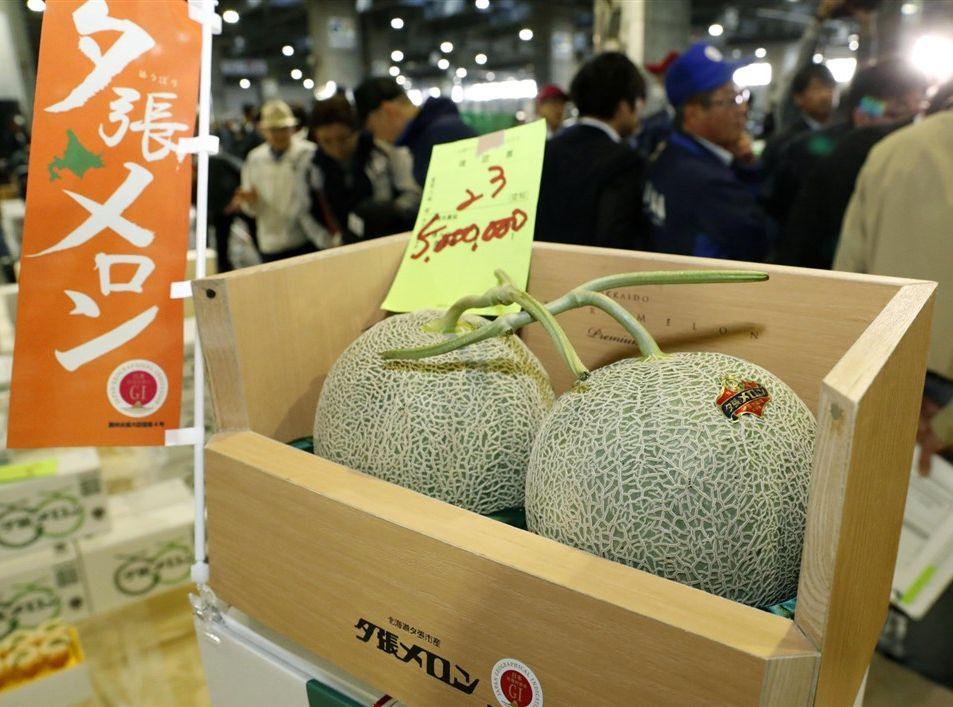 最终由POKKA SAPPORO投得两个最顶级的哈密瓜。网图